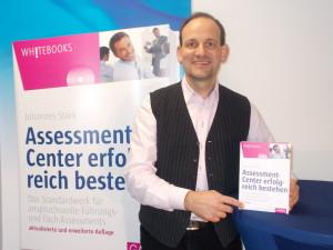 Autor Johannes Stärk mit seinem Assessment-Center-Buch